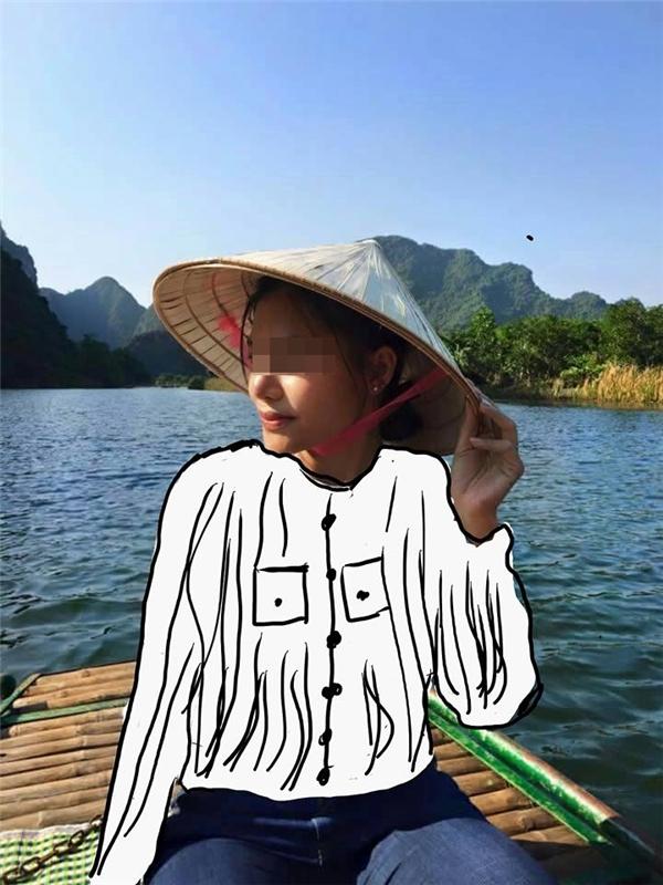 Cô gái trong chiếc áo ôm sát khoe đườngcong bất chợt biến thành cô em thôn quê vớiáo bà ba trắng vàvành nón lá nghiêng che. (Ảnh: Internet)