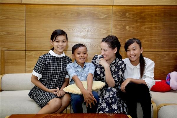 Một điều thú vị là khi nhậnVăn Cường làm con nuôi cách đây mộttháng, nữ ca sĩmới biết được là Cườngvà Thiêng Ngân sinh cùng ngày, cùng tháng, cùng năm (16/3/2003).