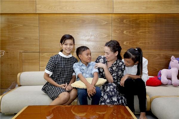 Mới đây, khiThiêng Ngân vừa hoàn thành phần thi cuối kìcủa lớp 7, em được mẹ Phi Nhung gửi tham gia chương trình Sao Nối Ngôi nhằm rèn luyện giọng hát, phong cách trình diễn cũng như cho bé thêm phần dạn dĩ khi đứng trên sân khấu.