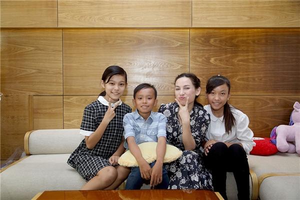 """Nhận xét về người con nuôi, Phi Nhung nói: """"Vì là con nuôi của một ca sĩ nên bé cũng bị soi và áp lực nhiều. Tuy nhiên có thể nói là Thiêng Ngân có một giọng hát đặc biệt, cách bé ngân hay luyến láy cũng đều khác tôi""""."""