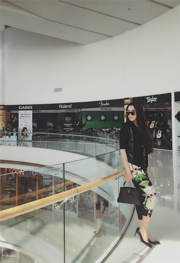 Cô cũng sở hữu kha khá những món đồ hiệu đắt tiền từ những thương hiệu nổi tiếng như Dior, Hermes,... - Tin sao Viet - Tin tuc sao Viet - Scandal sao Viet - Tin tuc cua Sao - Tin cua Sao