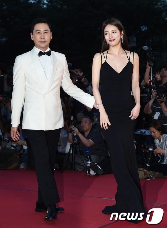 """Suzy """"đốn tim"""" khán giả với chiếc đầm đen xẻ ngực quyến rũ cùng nụ cười tỏa nắng. Cùng với MC Shin Dong Yup, cả hai sẽ là MC chủ trì lễ trao giải hôm nay. Đã 6 năm trôi qua kể từ khi một nữ diễn viên được nhận lấy vinh dự này."""
