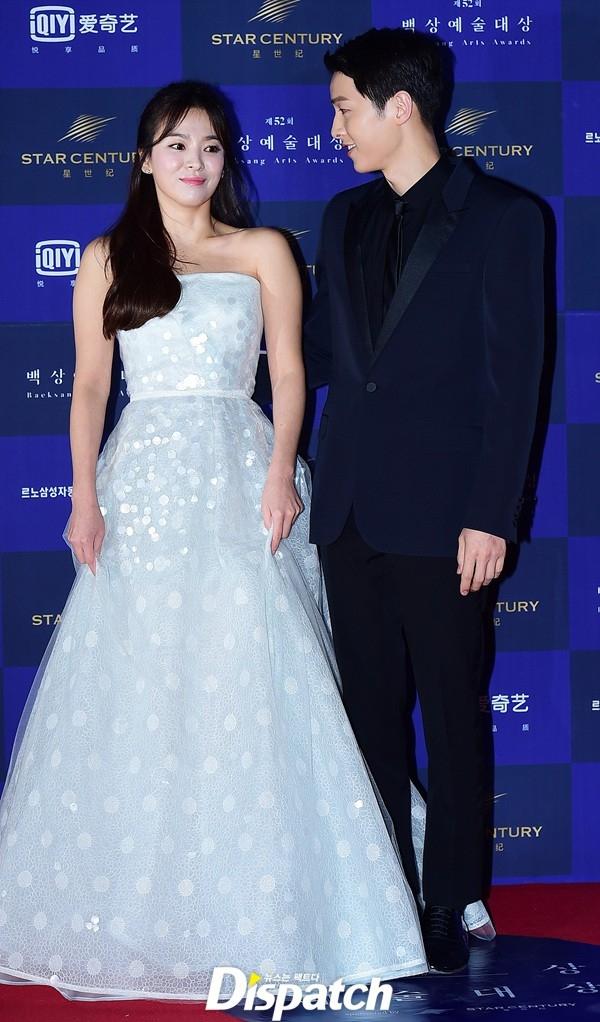 Song Joong Ki dành ánh mắt trìu mến cho đàn chị Song Hye Kyo.
