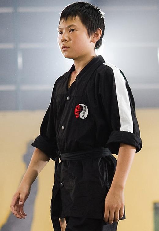 Cheng là một thần đồng võ thuật tại ngôi trường mà Tiểu Dre theo học, còn nhỏ nhưng đã có tính côn đồ, thích bắt nạt người khác, đặt biệt là cậu nhóc ngoại quốc ốm yếu Dre.