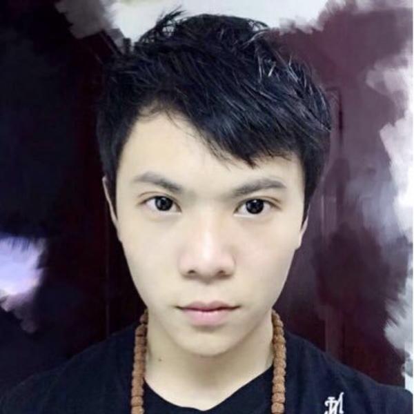 Vai diễn này được thể hiện bởi Vương Chấn Uy (sinh năm 1995). Cậu được gia đình cho đi học võ từ khi mới 4 tuổi vì thể trạng ốm yếu, hay bệnh tật.