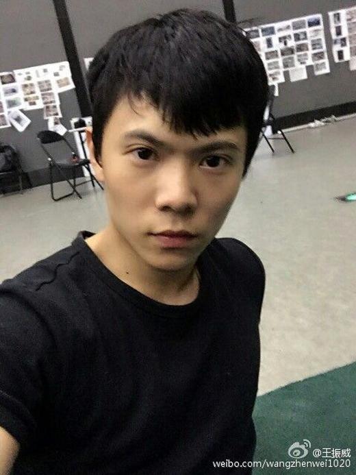 Dù tuổi đời còn nhỏ nhưng Vương Chấn Uy luôn là một trong những học sinh xuất sắc trong các môn võ thuật, đặc biệt là wushu, từng đoạt 2 huy chương vàng tại Cuộc thi Wushu trẻ toàn Bắc Kinh.