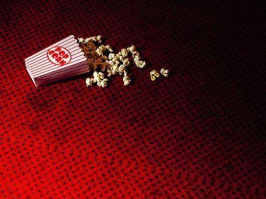 Thường sẽ không đủ thời gian để dọn hết đồ ăn trên sàn ở rạp chiếu phim. (Ảnh: Internet)