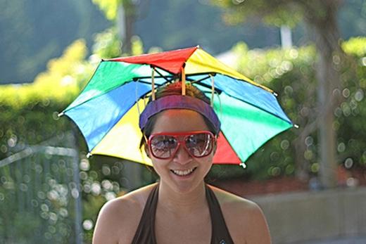 Nón thì dễ bay, cầm ô thì vướng tay, thôi thì kết hợp chúng lại là ổn nhất.