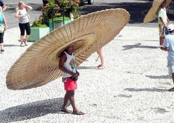 Nón như thế này thì còn ngon lành hơn cả ô, nhưng mà hẳn là cổ của anh ấy phải khỏe lắm.
