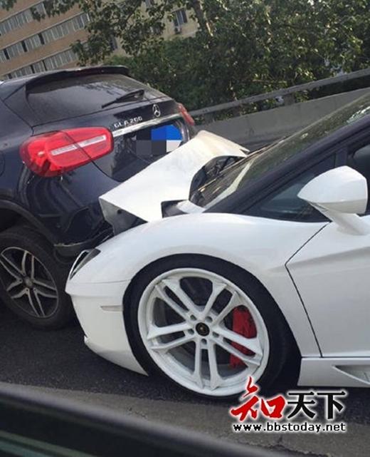 Hình ảnh ghi nhận chiếc xe Lamborghiniđã mất lái và gây tai nạn nhỏ trên đường. (Ảnh: Internet)