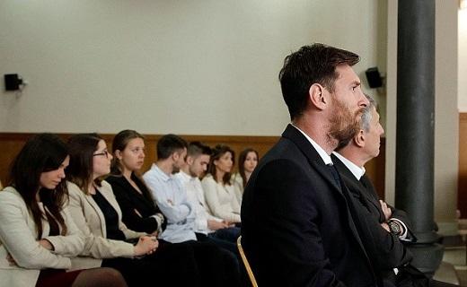 Lionel Messi và bố Jorge Horacio Messi có mặt tại phiên tòa ở thành phố Barcelona.