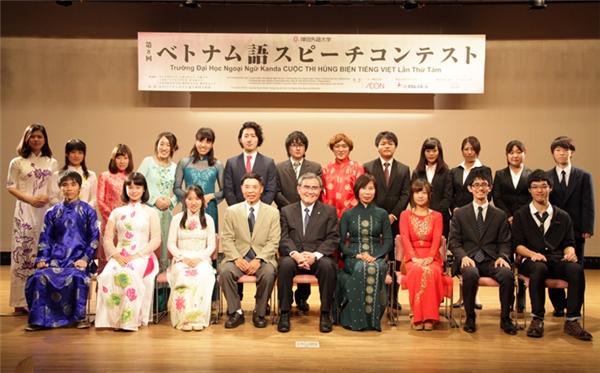 Nara Honioi (hàng dưới, thứ ba từ phải qua) chụp ảnh lưu niệm trong cuộc thi. (Ảnh: Internet)
