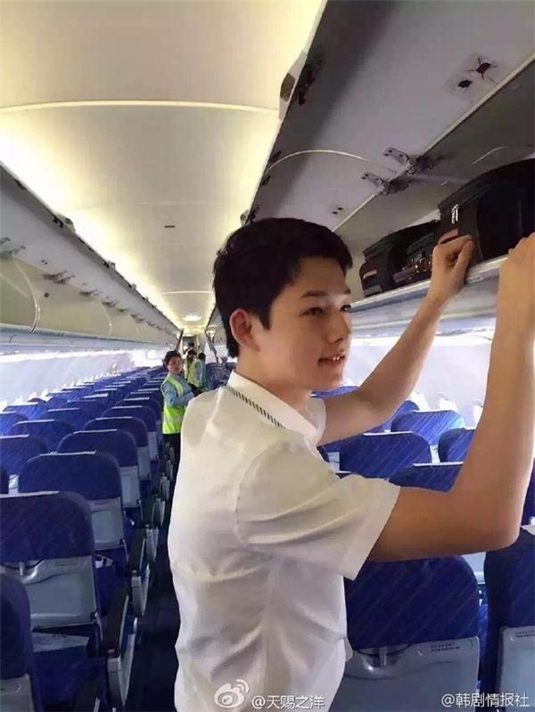 Ngoại hình chàng tiếp viên hàng không khiến không ít người trầm trồ khen ngợi là quá giống Đại úy Yoo Shi Jin