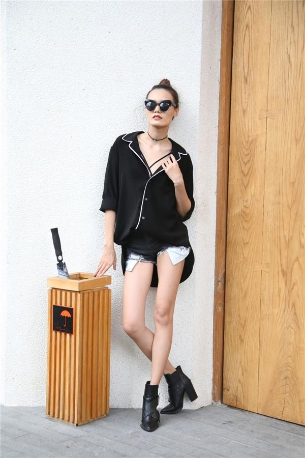 Không hề kém cạnh đàn chị, Lê Thanh Thảo khoe khéo đôi chân dài trong chiếc quần short kết hợp áo pijama cách điệu - mốt trang phục đang được giới trẻ lăng xê tích cực trong hè.