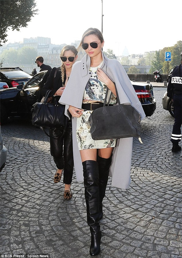 Vào năm 2013, khi tham dự Tuần lễ Thời trang Paris, dù có lí do rõ ràng là người lái xe không biết đường đẫn đến nhầm sự kiện nhưng ban tổ chức show diễn Louis Vuitton vẫn từ chối cho Miranda Kerr vào.