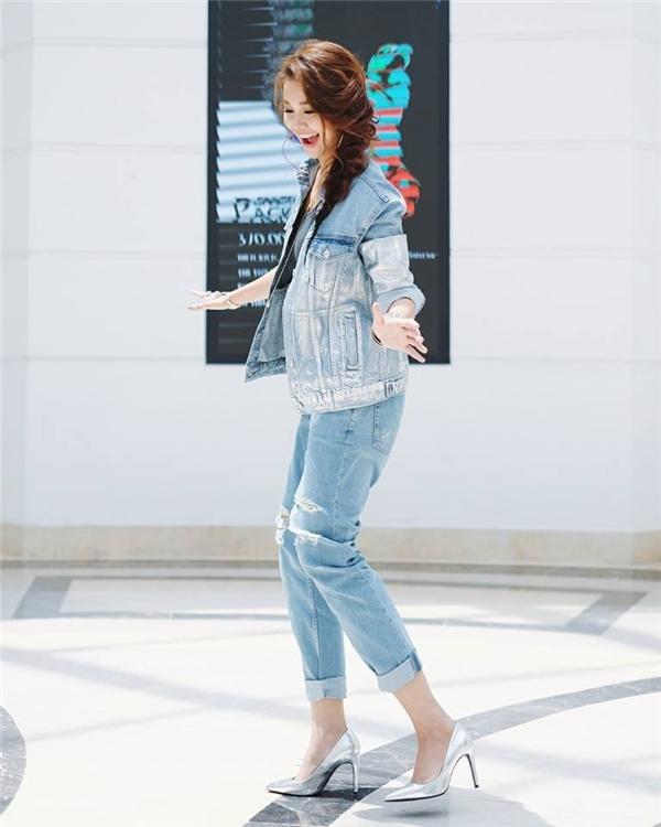 Thanh Hằng cá tính với cà cây jeans trong buổi casting thí sinh của Vietnam's Next Top Model 2016 tại TP.HCM. Trang phục mạnh mẽ được siêu mẫu kết hợp với giày cao ánh kim nổi bật.