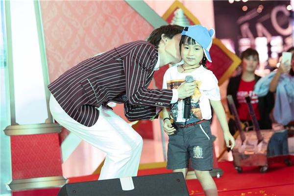 Nhiều fan nữ ganh tị khi thấy thần tượng ôm hôn một bé gái.