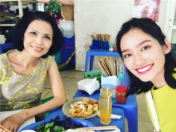 Trúc Diễm giản dị đi ăn bún đậu cùng mẹ trong chuyến ghé thăm Hà Nội. - Tin sao Viet - Tin tuc sao Viet - Scandal sao Viet - Tin tuc cua Sao - Tin cua Sao