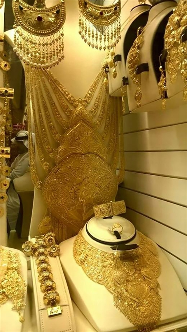 Đặc biệt những đồ trang sức bằng vàng ròng cỡ lớn này không phải nơi nào trên thế giới cũng có.