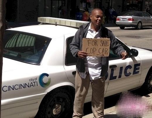 Hết tiền tiêu người yêu anh cũng bán, nói chi là xe cảnh sát.