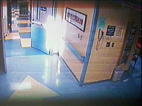 Ảnh chụp lại đốm sáng xuất hiện trong phòng bệnh của Chelsea.
