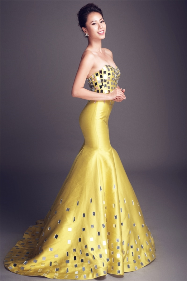 Yến Nhi khoe đường cong trong dáng váy đuôi cá màu vàng ngọt ngào, ấm áp kết hợp chi tiết ánh gương bắt mắt. Đây cũng là thí sinh được dự đoán sẽ có mặt trong top 5 chung cuộc.