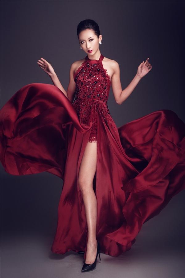 Thanh Khoa quyến rũ, sang trọng trong thiết kết có sắc đỏ rượu nồng nàn. Bộ trang phục là sự kết hợp hài hòa giữa ren lưới mỏng manh cùng lụa mềm mại.