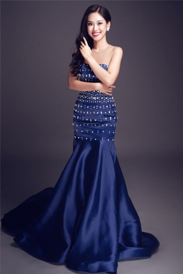 Phương Linh được đánh giá cao ở kĩ năng giao tiếp tự tin cùng vốn tiếng Anh phong phú. Váy dạ hội của cô gái này là sự dung hòa giữa hai sắc độ sáng, tối trông khá bắt mắt.