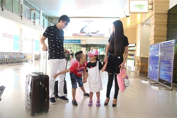 Xuất hiện nổi bật tại sân bay Tân Sơn Nhất, ông bố điển trai Thành Được hào hứng dắt hai con Bill và Bell đi cùng bà xã Vân Anh.