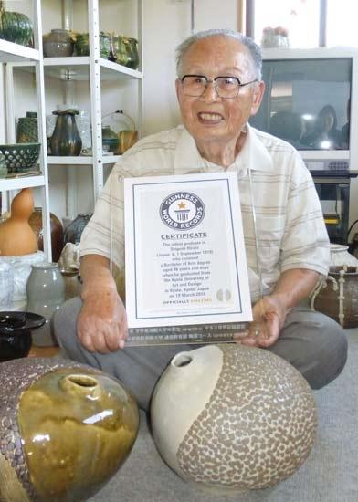 Cụ Shigemi Hirata nhận giấy chứng nhận Kỉ lục Guinness Thế giới. Ảnh: Internet