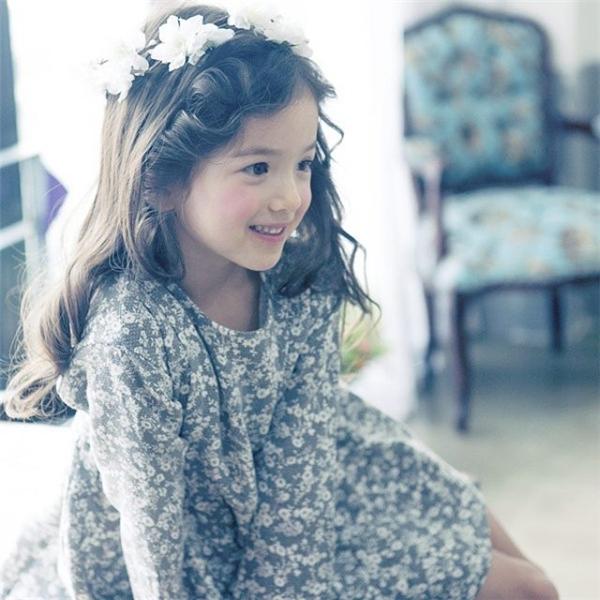 Tuy nhiên Louie dễ thương nhất vẫn là lúc cô bé cười thật tươi, thật hồn nhiên đúng với độ tuổi ngây thơ của mình.