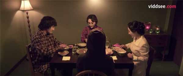 Cái kết ám ảnh khi cả nhà không hề biết người ngồi trước mặt họ thực ra là 1 người hoàn toàn xa lạ.
