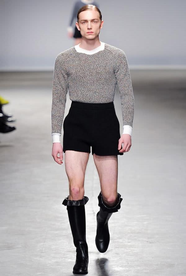 Nếu phụ nữ có thể thanh lịch trong trang phục áo len quần short thì nam giới cũng có thể.