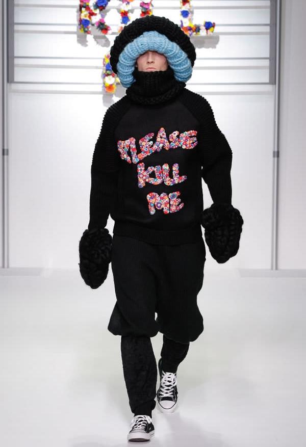 """Dòng chữ """"Xin hãy giết tôi"""" in trên áo có lẽ phản ánh rất đúng tâm trạng của anh chàng khi phải mặc bộ đồ như thế này."""