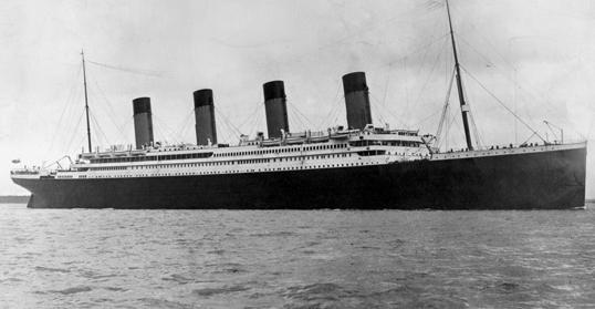 Với chiều cao 53m, bằng một tòa nhà 11 tầng, và chiều dài gần 270m, Titanic được xem là một trong những con tàu lớn nhất và lộng lẫy nhất thế giới. Ảnh chụp vào ngày 10/04/1912, lúc Titanic nhổ neo khởi hành chuyến đi đầu tiên trong lộ trình định mệnh từ Southampton đến New York.