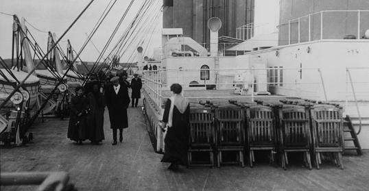 Hành khách tản bộ trên boong năm 1912.