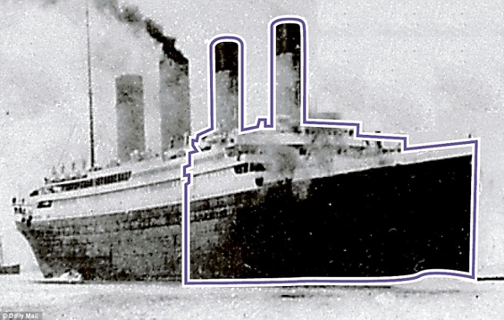Ảnh chụp mạn phải con tàu cho thấy nó bị gãy làm đôi, nửa phía trước bị thủng nhiều lỗ và 5 trong số 16 khoang ngăn nước rách toang sau khi va chạm với tảng băng, khiến phần mũi tàu chìm xuống trước.