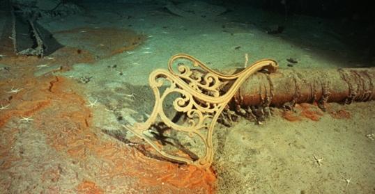 Phần còn lại của một chiếc băng ghế đồng nằm lẫn trong đống đổ nát.