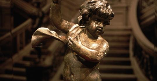 Bức tượngtiểu thiên sứ ôm đèn được trục vớt từ con tàu.
