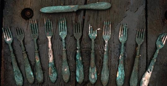 Những chiếc nĩa và dao phết bơ được trục vớt từ khoang bếp.