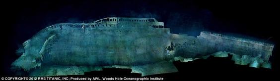 Ảnh chụp mạn phải con tàu cho thấy nó đã oằn mình khi mũi tàu lao thẳng xuống đáy biển, khiến phần thân tàu phía trước vùi sâu trong bùn đất và mãi mãi chôn kín trong bóng tối.