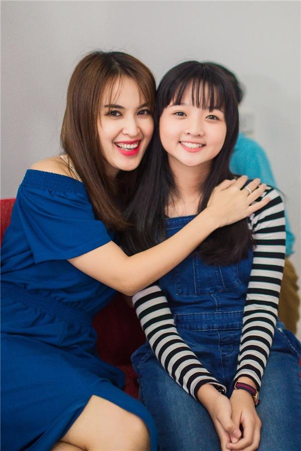 Tú Vi thân thiết bên diễn viên nhí Lâm Thanh Mỹ.