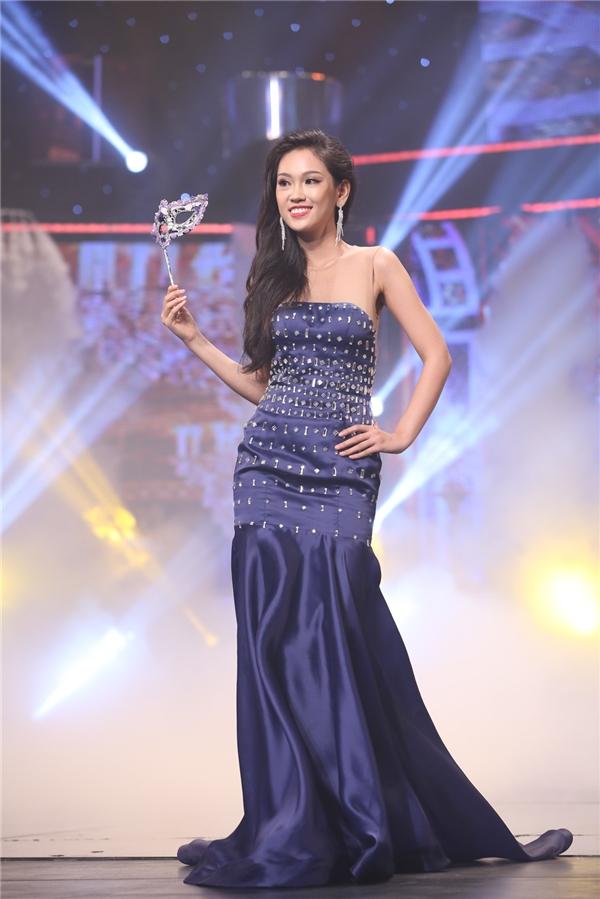 Phần trình diễn thứ ba là trang phục dạ hội. Bộ sưu tập này thuộc về nhà thiết kê Audrey Hiếu Nguyễn.