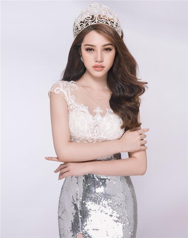 Jolie Nguyễn tên thật là Nguyễn Phương Mai (sinh năm 1997), đăng quang ngôi vị cao nhất cuộc thiHoa hậu Thế giới người Việt tại Úc (Miss Vietnam World Australia) hồi tháng 11/2015.