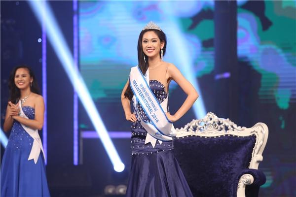 Giải Á khôi 2 thuộc về thí sinh Phương Linh. Người đẹp sẽ đại điện Việt Nam tham dự cuộc thi Hoa hậu Quốc tế.