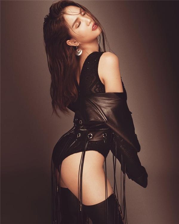 Trong bức ảnh mà Ngọc Trinh chia sẻ, cô nàng lại diện bodysuit kết hợp áo khoác da tua rua cá tính bên ngoài. Đây là một trong 25 thiết kế thuộc bộ sưu tập Sexy Killers - Những sát thủ gợi cảm sẽ được trình làng trên sân khấu Đêm hội Chân dài vào ngày 16 tới đây.
