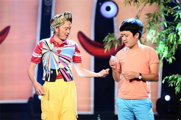 """Đến khi chương trình chính thức diễn ra thì sự vắng mặt của hai danh hài Hoài Linh và Trường Giang đã khiến không ít khán giả cảm thấy khó chịu, chê trách, thậm chí còn đem lên trang cá nhân chỉ trích vì """"treo đầu dê, bán thịt chó""""."""