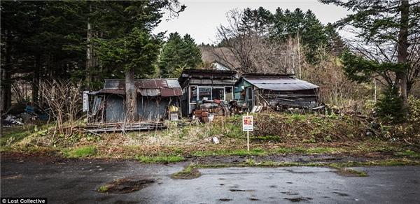 Một ngôi nhà nhỏ trong nông trại bị bao phủ bởi rác mặc dù trước cửa nhà có tấm biển đềkhông xả rác. (Ảnh: PrettPatman)