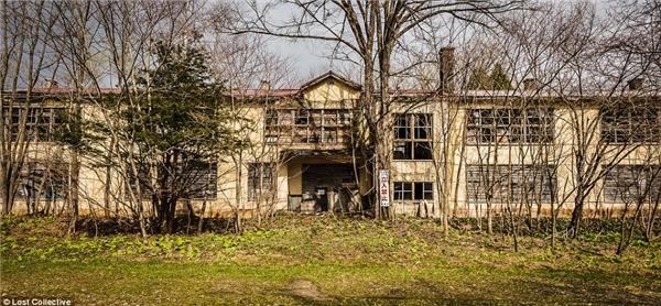 Ngôi trường bị bỏ hoang do không còn học sinh đi học. (Ảnh: Prett Patman)