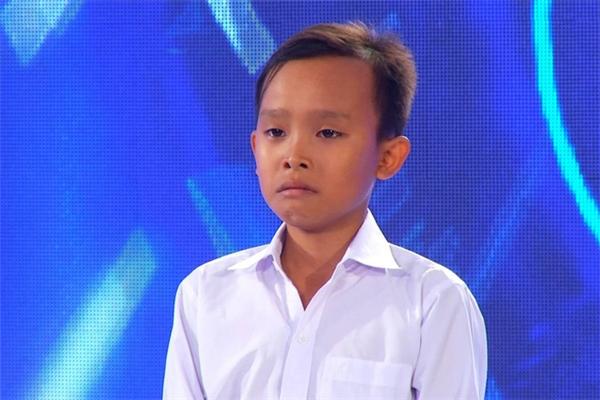 """Trong khi đó, cậu bé quê Tiền Giang - Hồ Văn Cường đến với âm nhạc bằng niềm đam mê từ trong """"máu"""", chưa từng qua trường lớp đào tạo, cũng như không được ai chỉ dẫn."""